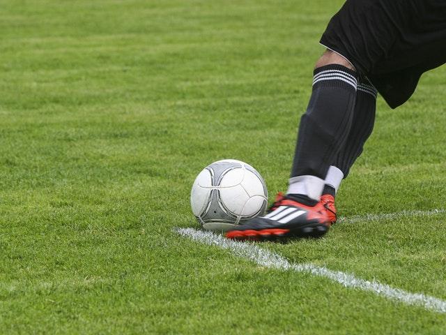 Pelaajat pistävät kentällä parastaan